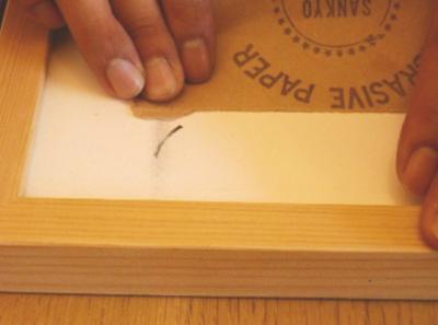 マジック汚れは、紙やすりでごしごし 削って汚れを取り除いていきます